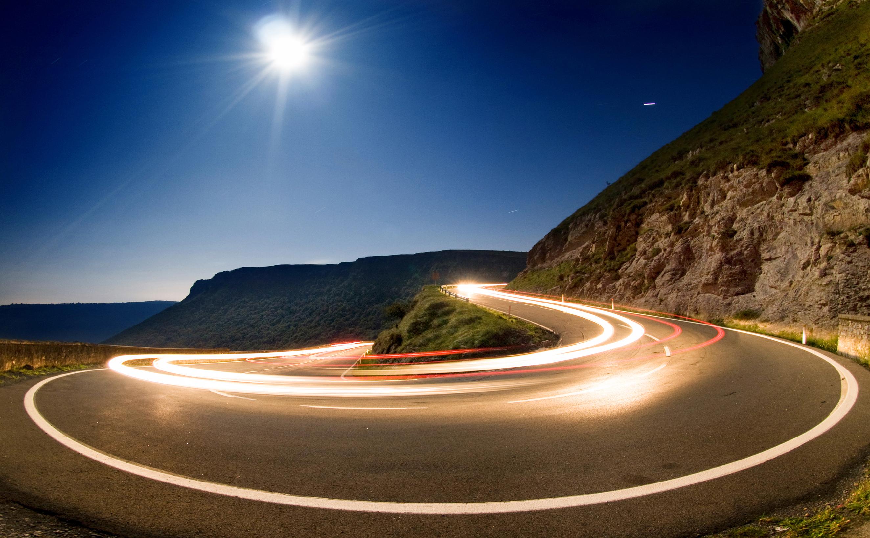 Dynamische Lichtausrichtung an Straßen- und Kurvenverläufen
