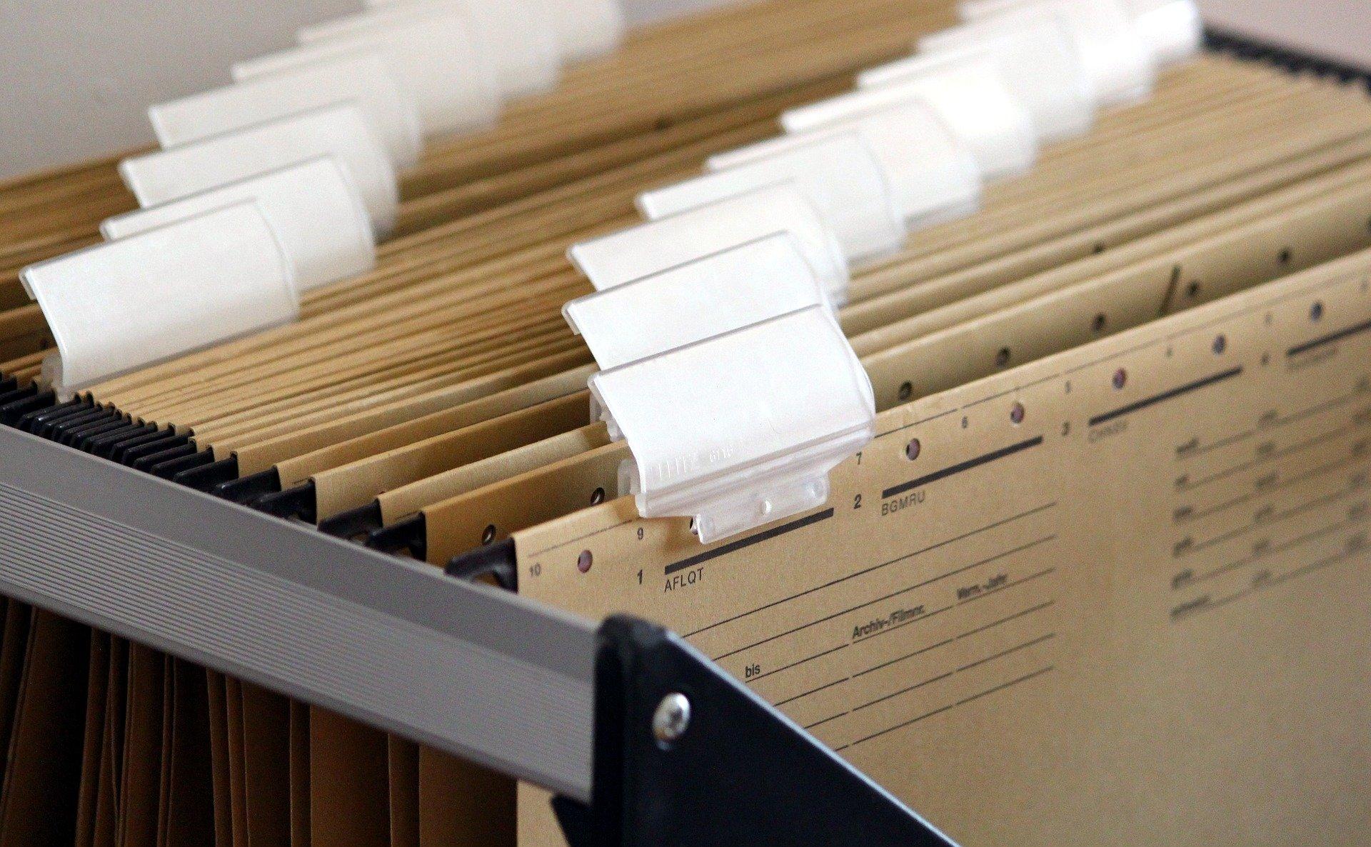 Hängende Papierakten